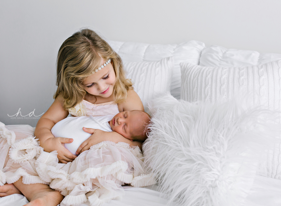 pretty newborn picture with sister