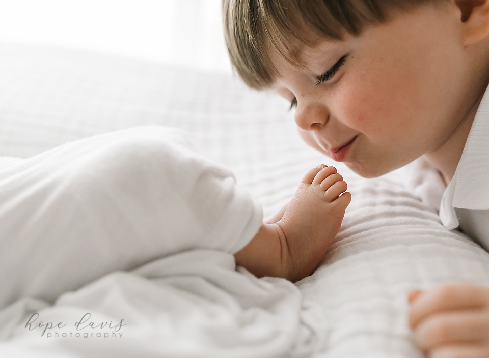 hope davis photography meridian ms big brother kissing baby brother's toes