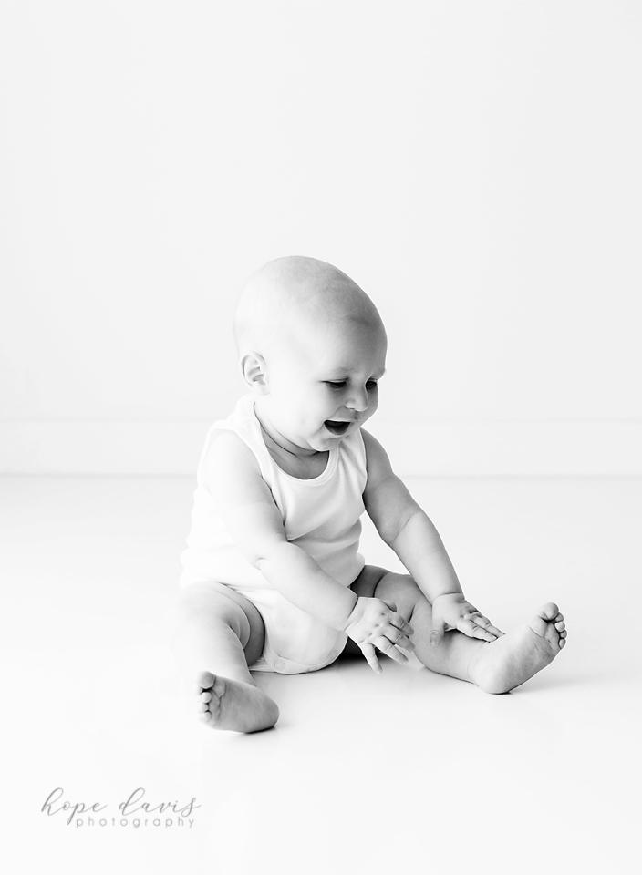 minimalist baby photographer mississippi hope davis baby in white onesie